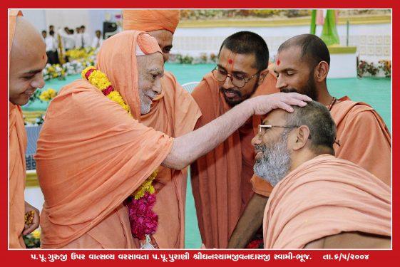 083_Guruji with Purani swami Bhuj_16 x 24